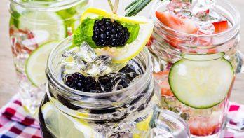 Zomers verfrissend drankje uit eigen tuin