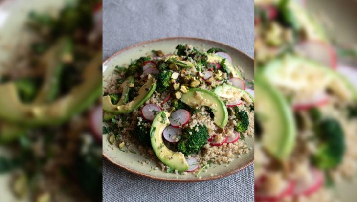 Quinoasalade met gegrilde broccoli, avocado en pistache